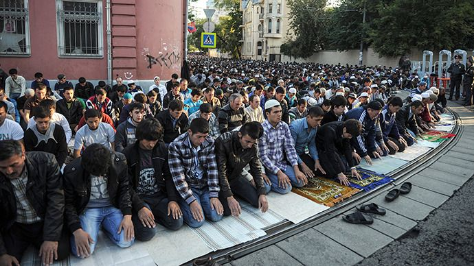 Moscow Muslims celebrate Eid Al-Fitr with morning prayers. (RIA Novosti / Vladimir Astapkovich)