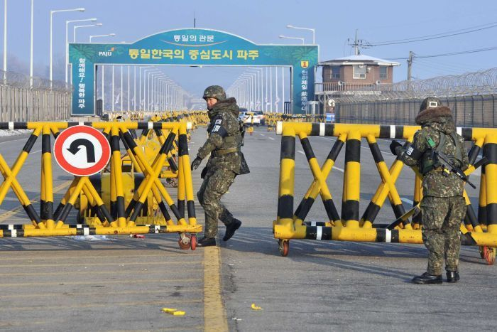 South Korean soldiers set up barricades across the road linking North Korea's Kaesong Industrial Complex at a military check point in Paju near the demilitarised zone dividing the two Koreas on February 13, 2013. AFP