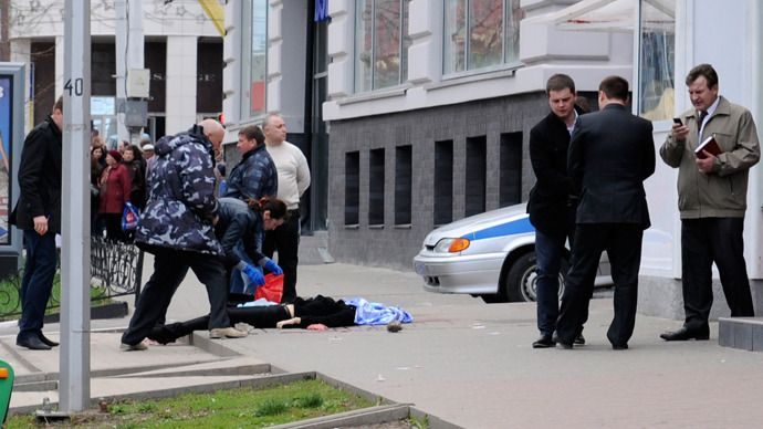 Investigators inspect the body of a victim killed by a gunman in Belgorod, April 22, 2013 (Reuters)