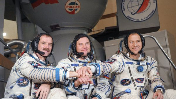 The crew members are Chris Hadfield of Canada (L), Roman Romanenko of Russia (C) and Thomas Marshburn of the United States (R). Archive.
