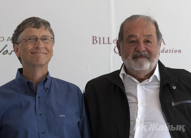 Billionaires Bill Gates, left, and Carlos Slim, hold a news conference to announce donations to Mexico's International Maize and Wheat Improvement Center in Texcoco, Mexico, on Feb. 13, 2013