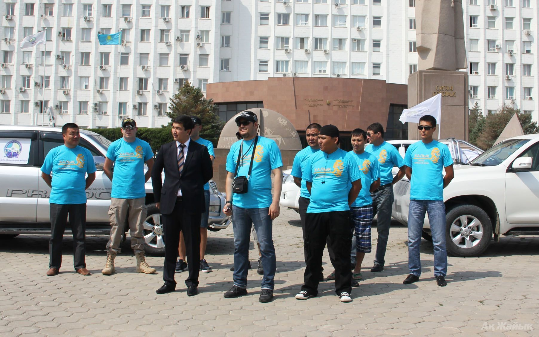 Atyrau Oblast Deputy Governor Shyngys MUKAN wishing good luck to the expedition team minutes before the journey