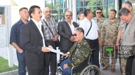 Representatives of Kazakhstan veteran organizations at the building of the U.S. General Consulate. Photo by tengrinews
