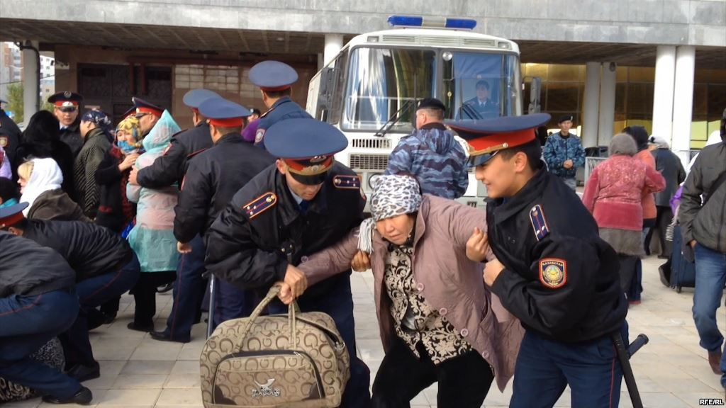 Police arrest a protester in Astana: a right to remain silent?