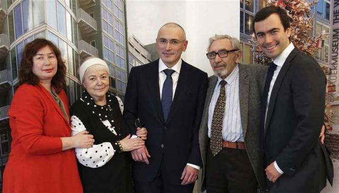 Freed Russian former oil tycoon Mikhail Khodorkovsky (C) poses with his parents Marina and Boris, son Pavel (R) and his first wife Yelena (L) ahead of a news conference in the Museum Haus am Checkpoint Charlie in Berlin, December 22, 2013.
