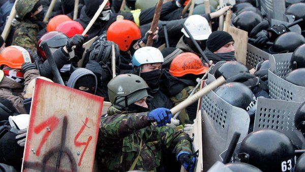Pro-European protesters clash with Ukranian riot police during a rally near government administration buildings in Kiev January 19, 2014.