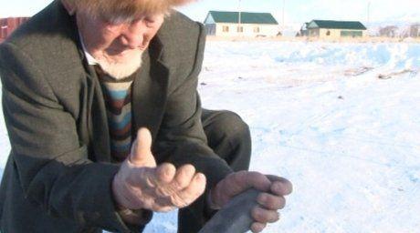 Seken Tolebekov crushing a rock. ©STV channel