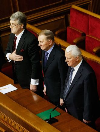 Ukraine's former Presidents Viktor Yushchenko (L), Leonid Kravchuk (R) and Leonid Kuchma attend a session in the Ukrainian Parliament in Kiev, January 28, 2014.(Reuters