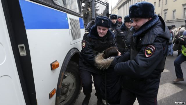 Moscow police have arrested doznes of people protesting against military intervention in Ukraine.