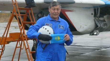 Sapar Iskakov, 70, is carrying the flag of EXPO-2017 across the globe.