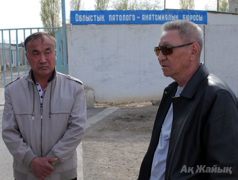 Lawyer Maksut Yolenbayev (L) and the police officer's father
