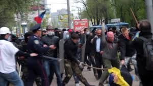 Blasts, fierce fighting in Donetsk between pro- and anti-Kiev demos.