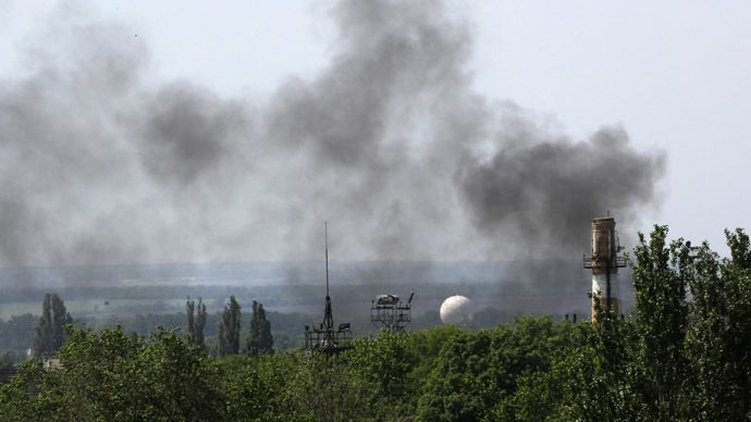 Smoke billows from Donetsk international airport during heavy fighting between Ukrainian and pro-Russian forces May 26, 2014. (Reuters
