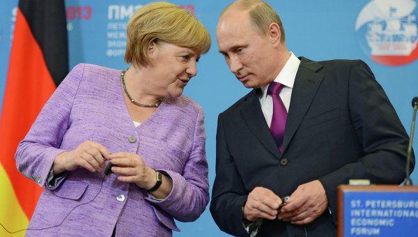 Russian President Vladimir Putin and German Chancellor Angela Merkel (Archive)