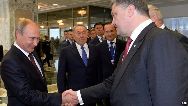 Vladimir Putin (L) and Petro Poroshenko in Minsk (26 August 2014) Vladimir Putin, left, and Petro Poroshenko shook hands at the start of the summit