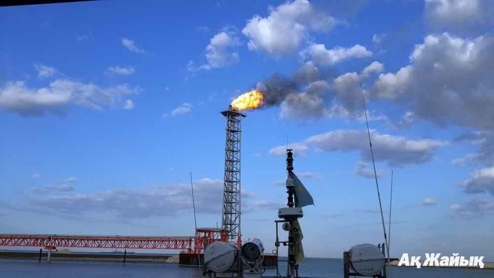 варийный выброс топливного газа на Кашагане. Остров D. 26 августа 2013 г. Фото из архива