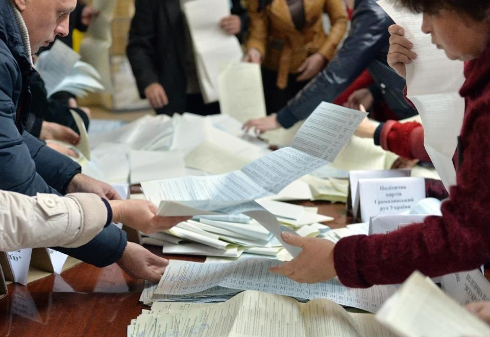 Members of a local electoral commission count ballots in a polling station in the eastern Ukrainian city of Kramatorsk on October 26, 2014, after the country's parliamentary elections (AFP)