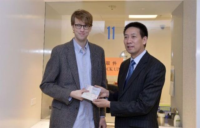Twenty-three-year-old Edmund Downie became the first American citizen to get his hands on a 10-year visa with multiple entries at a Chinese Embassy in the US.