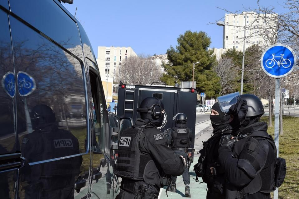 French police commandos take up positions during an operation at a housing estate in the southern city of Marseille, on February 9, 2015 (AFP)
