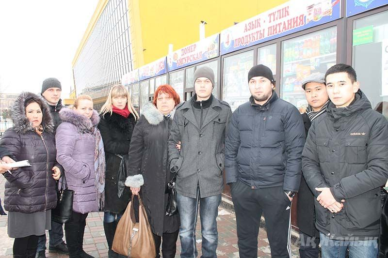 The wife of the deceased Anatoly Mashtakov - Oksana and his son Dmitry (in the center) with the residents of Atyrau who helped the family during their difficult times.