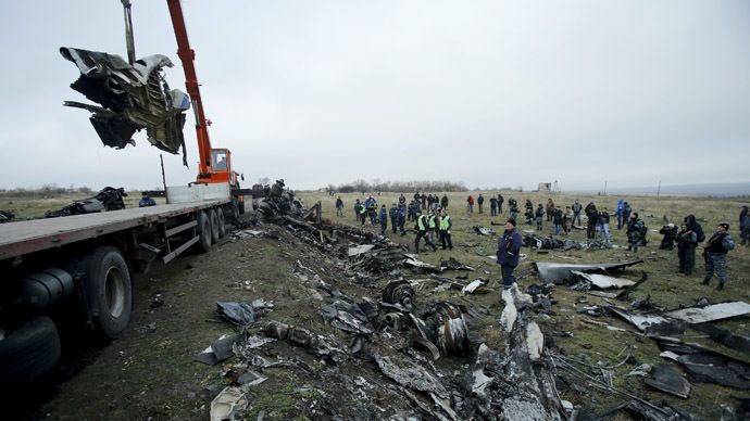 A crane carries wreckage of the Malaysia Airlines Boeing 777 plane (flight MH17) at the site of the plane crash near the settlement of Grabovo in the Donetsk region November 16, 2014. (Reuters)