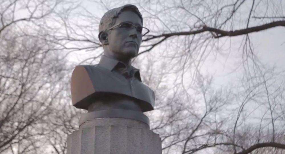 Artists install an illicit bust of Edward Snowden in a Brooklyn park