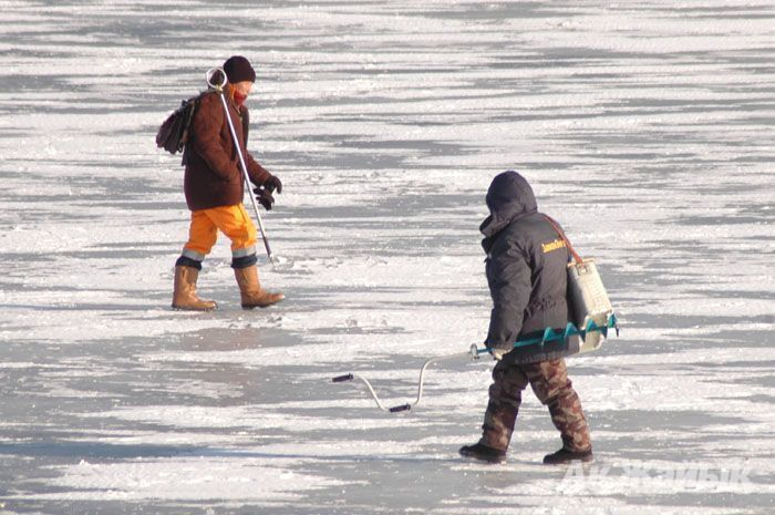 Ice fractured under fisherman's weight and caused drowning