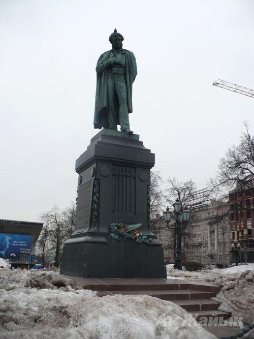 Қар мен Собянин туралы әңгіме бастаған зейнеткер осы Пушкин ескерткішінің маңында отырды.