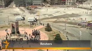 Түрік полициясы Стамбулдың Таксим алаңына қайта келмек болған шерушілерге көзден жас ағызатын газ бен су шашты. Премьер-министр Режеп Тайып Ердоған шеруді айыптап, наразылықты тоқтатуға шақырды. 11 маусым, 2013 жыл.