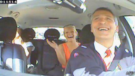 Норвегия премьер-министрі Йенс Столтенберг таксист болып жұмыс істеуде