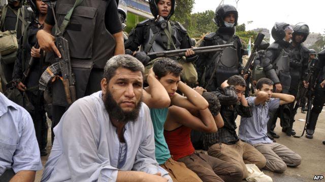 Египет қауіпсіздік күштері наразылық танытушыларды ұстап жатыр. Каир, 14 тамыз 2013 жыл