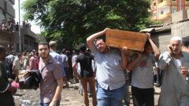 Қаза тапқандардың денесін мешітке әкеле жатыр. Каир, Египет, 15 тамыз жыл