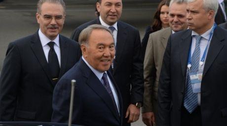 Қазақстан президенті Нұрсұлтан Назарбаев (ортада) G20 саммитіне қатысу үшін Санкт-Петерборға келді. Фото ©РИА Новости