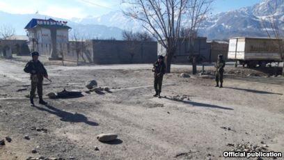 Тәжікстанмен шекара маңындағы жанжал болған жерді бақылап тұрған қырғыз әскерилері. Баткен облысы, 15 наурыз 2019 жыл.