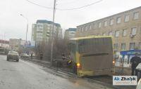 Жолаушылар мінген автобус жолдың жиегіне шығып кетті