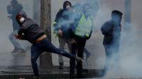 """Францияда полиция """"сары жилеттілерді"""" тарату үшін газ қолданды"""