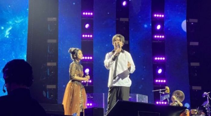 Димаш Санкт-Петербуркте өткен концертте индонезиялық фанатымен бірге ән салды