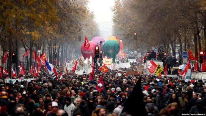 Францияда полиция наразыларды тарату үшін көзден жас ағызатын газ шашты