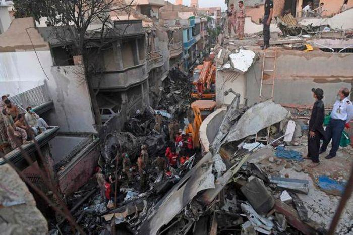 Пәкістанда ұшақ апатында 98 адамның екеуі ғана тірі қалған