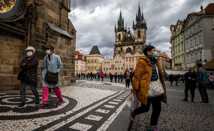 Чехияда вирус жұқтырғандар күрт көбейіп, тұрғындар маска тағуға міндеттелді