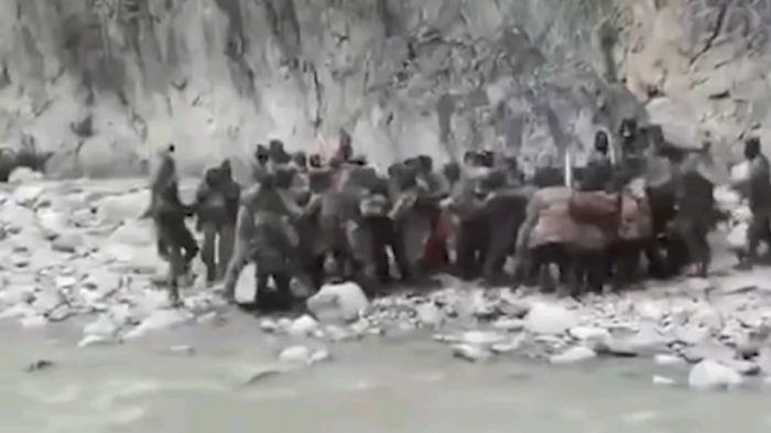 Желіде Қытай мен Үндістан шекарасында әскерилердің төбелесі түсірілген видео тарады