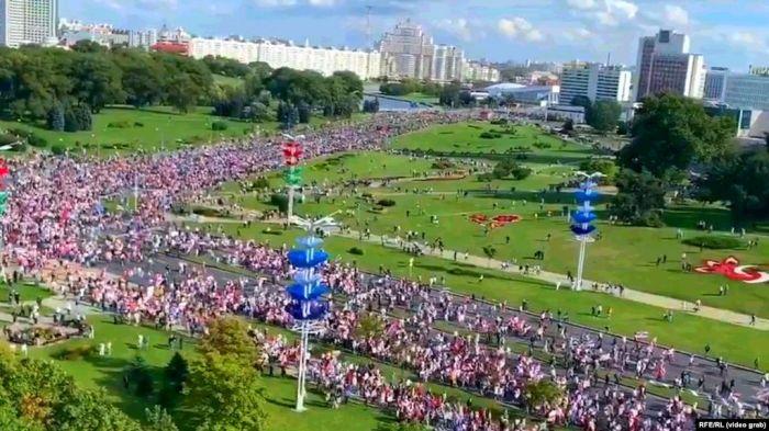 Минскіде оппозиция шеруіне 100 мыңнан астам адам қатысты