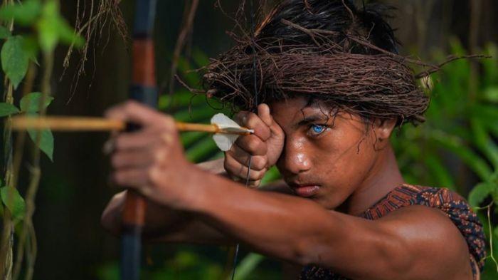 Индонезия джунглиінде көзі көк тайпа тұратыны анықталды