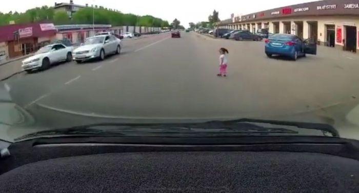 Алматы облысында үш жасар қыз жүріп бара жатқан көліктен құлап түсті