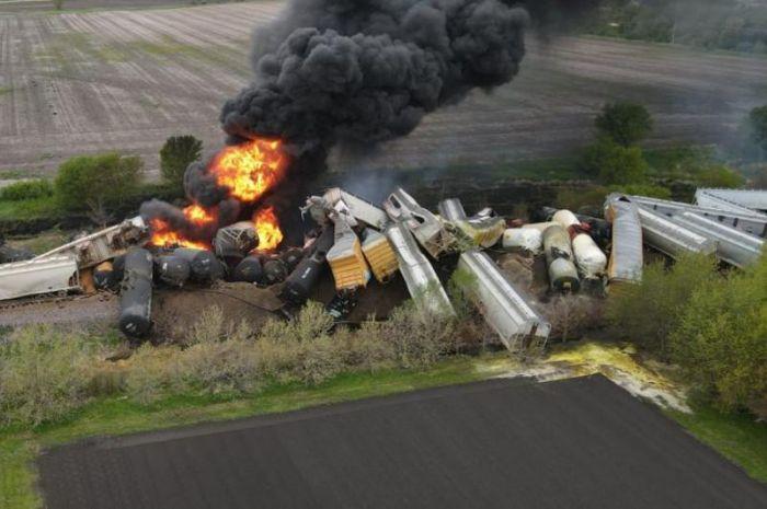 АҚШ-та жарылғыш заттар тиелген 47 вагон рельстен шығып кетті