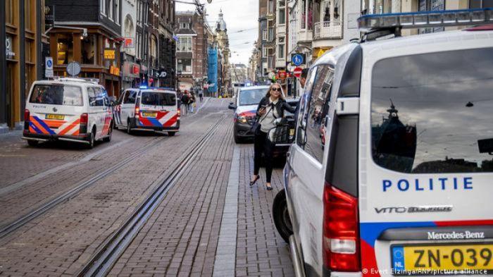 Амстердам орталығында танымал журналиске оқ атылды