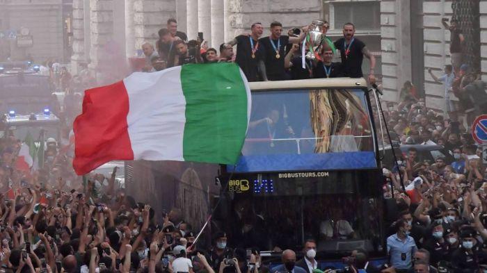 Италия Еуропа чемпионатындағы жеңісін тойлап жатыр