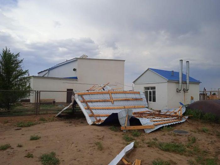 Қарабау ауылында жел мектеп спортзалының шатырын ұшырып жіберді