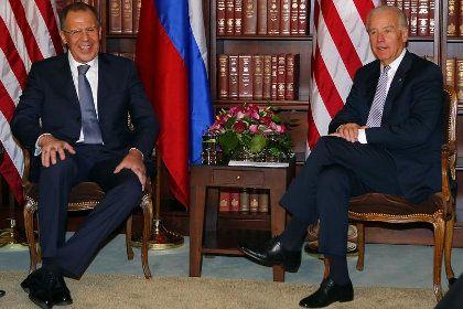 Сергей Лавров (слева) и Джо Байден на Международной конференции по безопасности в Мюнхене Фото: Michael Dalder / Reuters