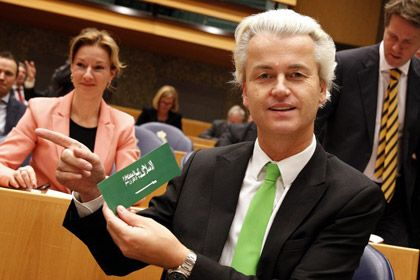 Герт Вилдерс с антиисламским стикером. Фото: AFP